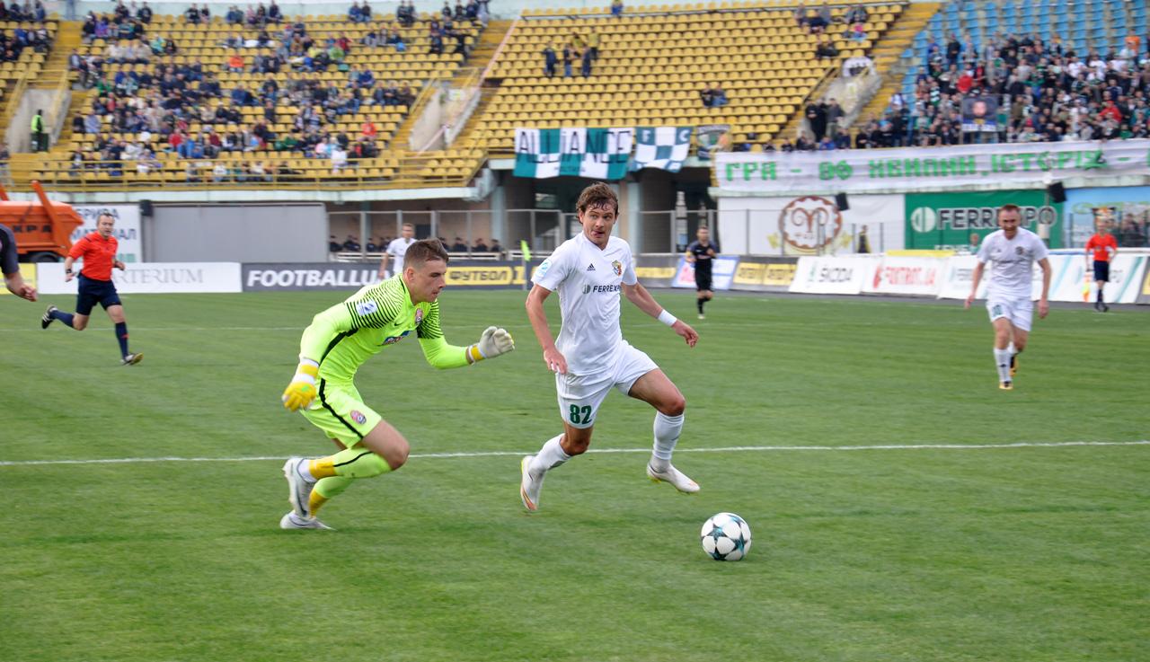 Один із кращих гравців матчу Павло Ребенок обігрує воротаря суперника Андрія Луніна.