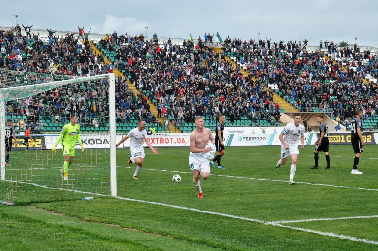 ВладиславКулачзабиває перший гол і біжить до вболівальників.