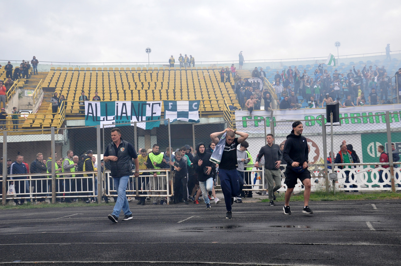 Фінальний свисток і «Ворскла» вперше за 21 рік завойовує бронзу чемпіонату України. Вболівальники шаленіють і вибігають на поле до своєї команди.