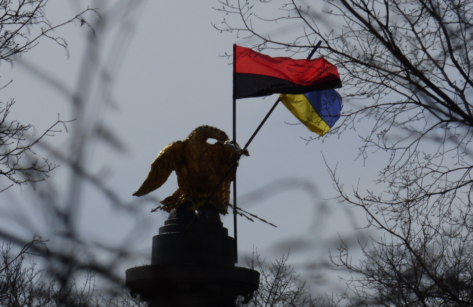 Олександр Мамай червоно-чорний і жовто-блакитний прапор зняти із пам'ятника Слави