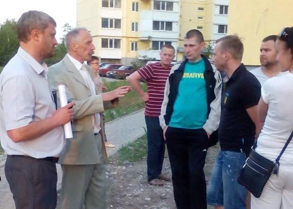Голова громади Ігор Процик спілкується з жителями будинків по вул. Біліченка