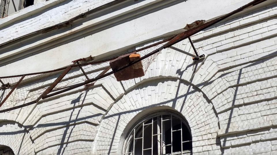 Цегла з будівлі падає такими шматками що ламає захисний екран