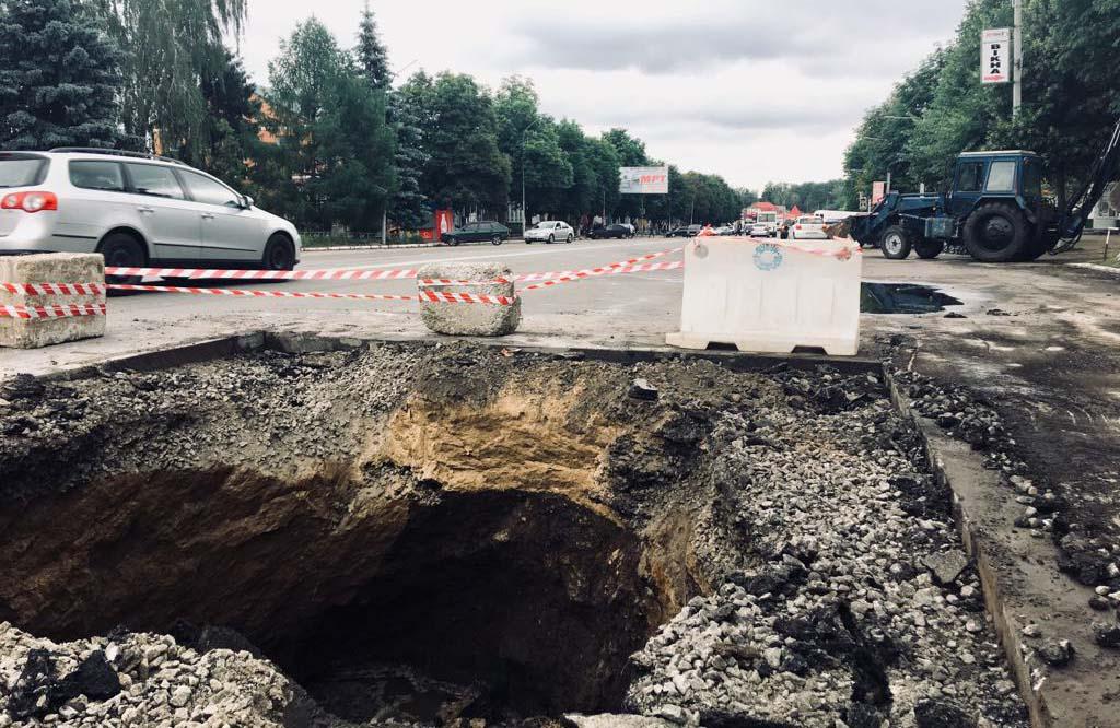 Обвал самоплинного колектора на Володимирському проспекті у м. Лубни
