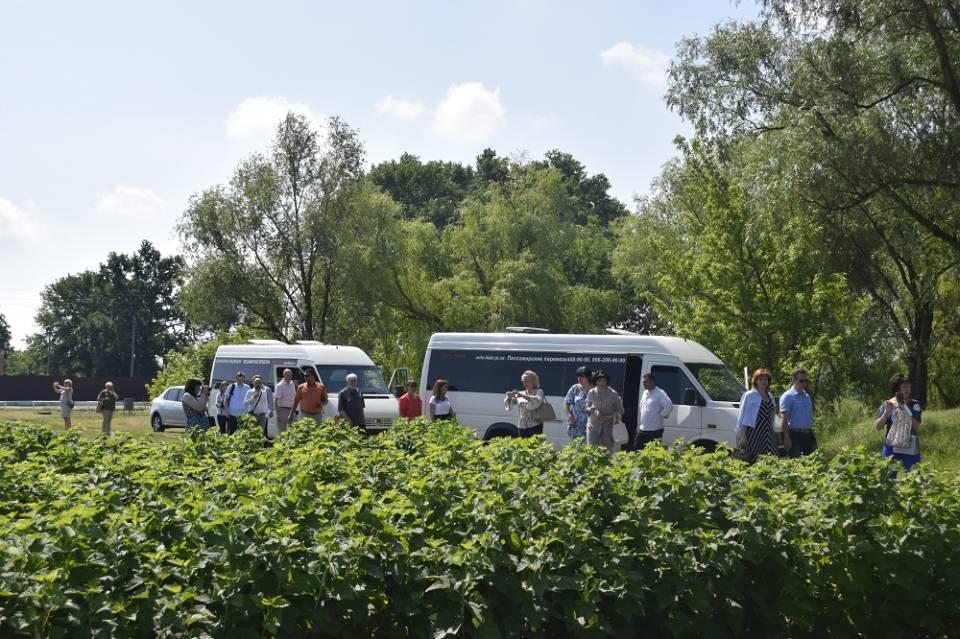 Співпраця із фермерським господарством дозволяє представникам ліцею самостійно вирощувати ягоди та фрукти