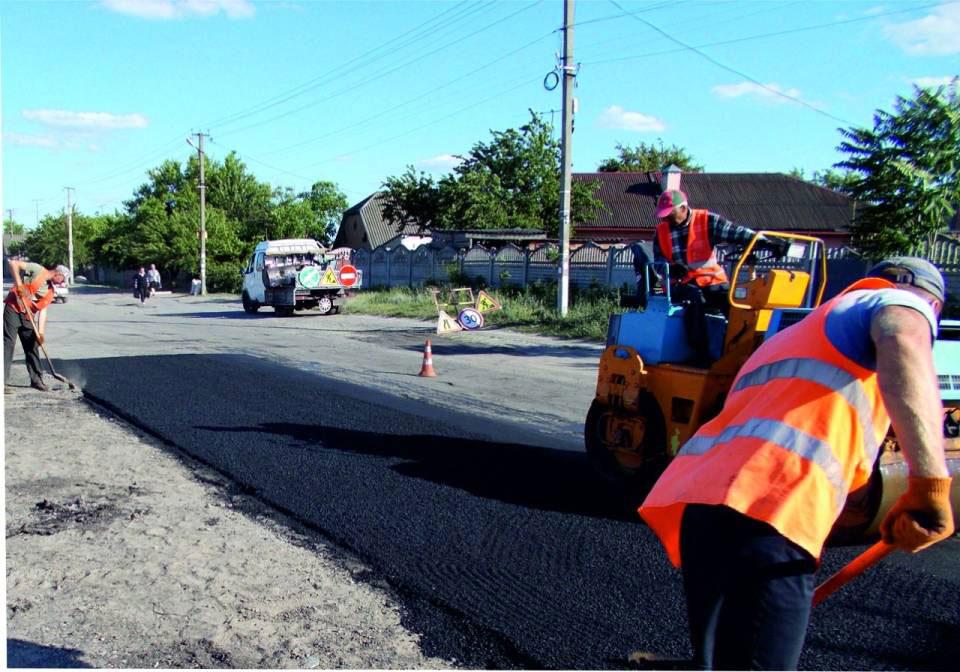 Будівельники виконують роботи на дорозі Терешки - Микільське