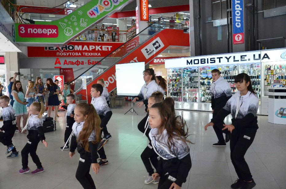 Учасники Школи сучасної хореографії Skyline Dance School
