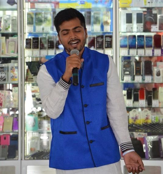 Акшай співає традиційну пісню Індії