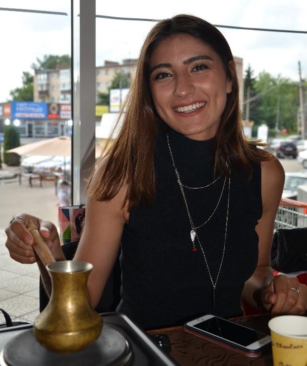 Представниця Туреччини Фунда пригощає гостей свята кавою