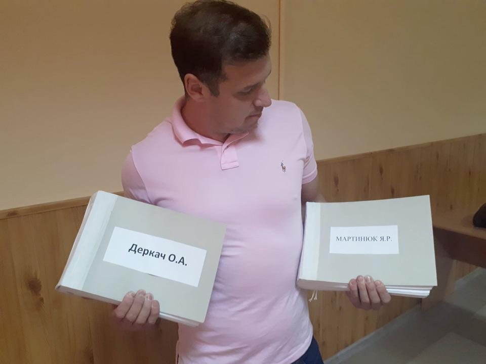 Олександр Шамота з підписними листами депутатів Оксани Деркач та Ярослава Мартинюка