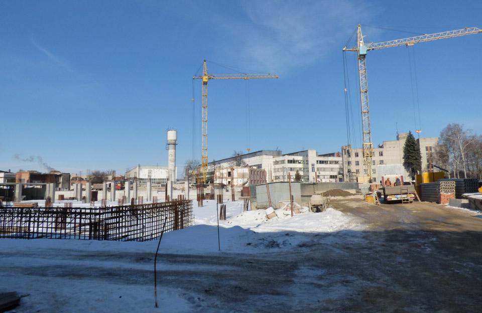 Залишки заводських корпусів на місці майбутнього будівництва (лютий 2018 року)