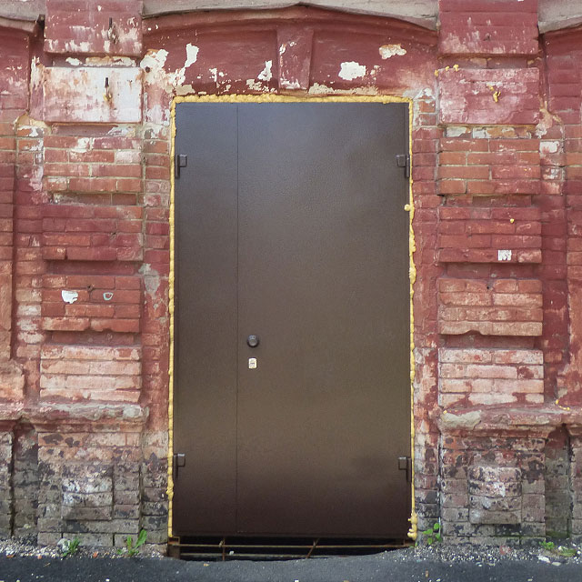 Нові двері центрального входу
