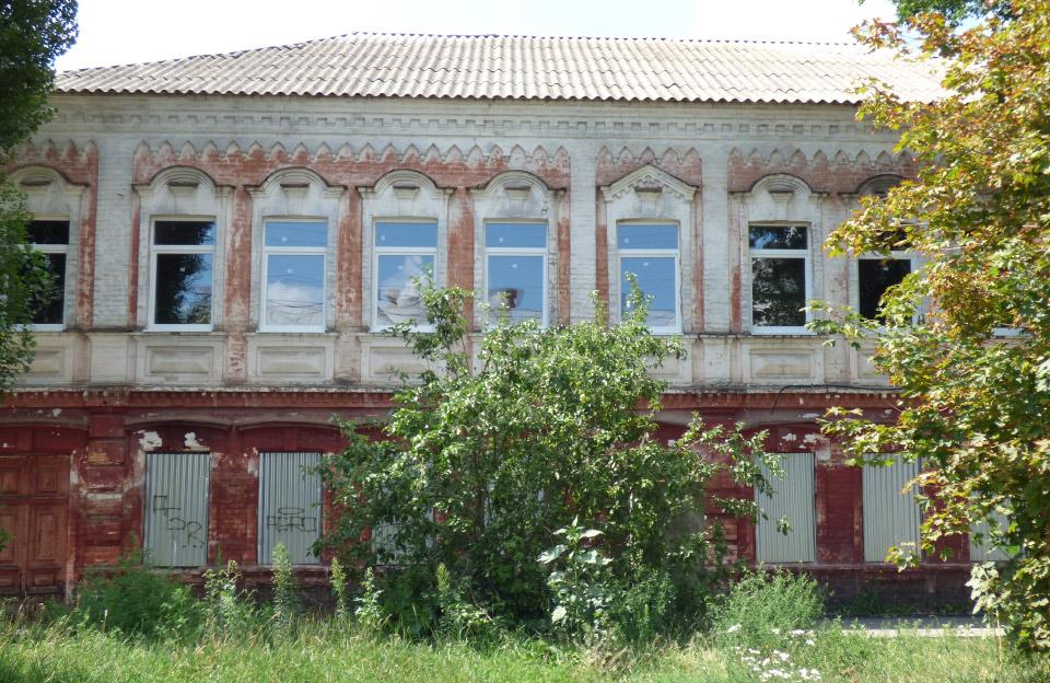 Будівля колишньої вечірньої школи з новими вікнами