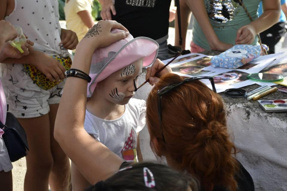 Дітям місцеві художники робили аквагрим