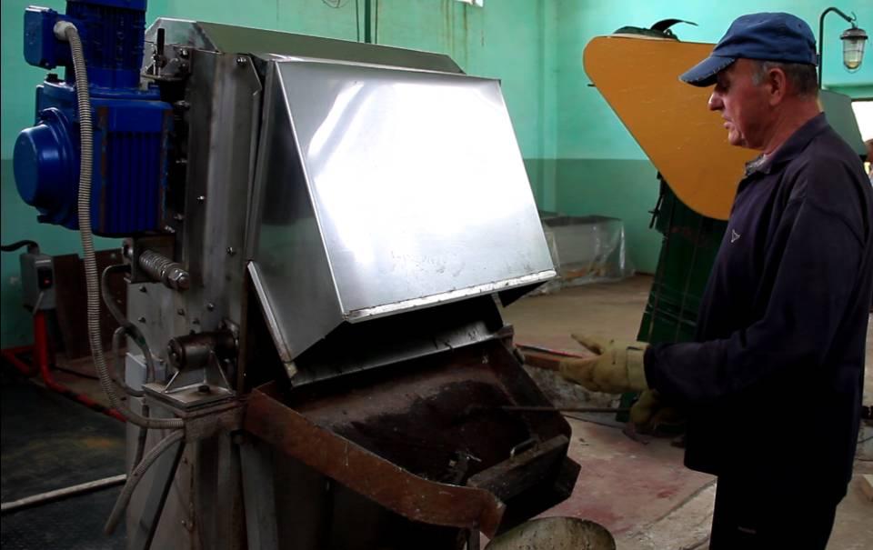 Робітник прибирає непотріб з грабельної решітки