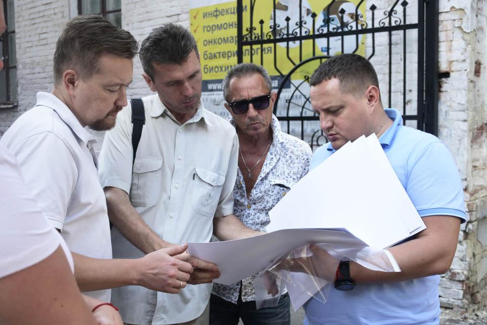 Тимофій Голбан показує візуалізацію Полтавської обласної філармонії