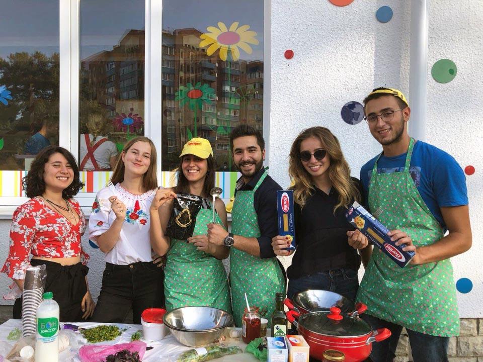 Іноземні волонтери на святкуванні готують національні страви
