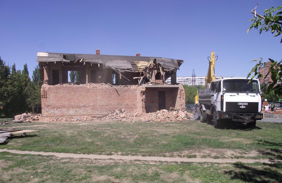 Знесення двоповерхової будівлі біля парковки 25 липня 2012 року