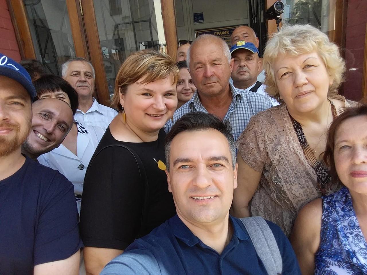 Дмитро Гнап на вході до обласної прокуратури