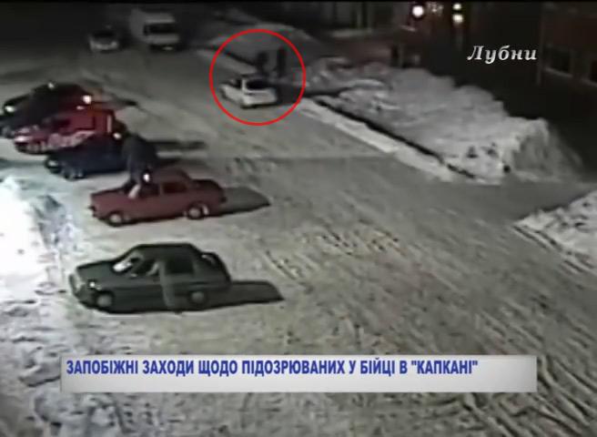 Двоє поліцейських прямують до кафе «Капкан»