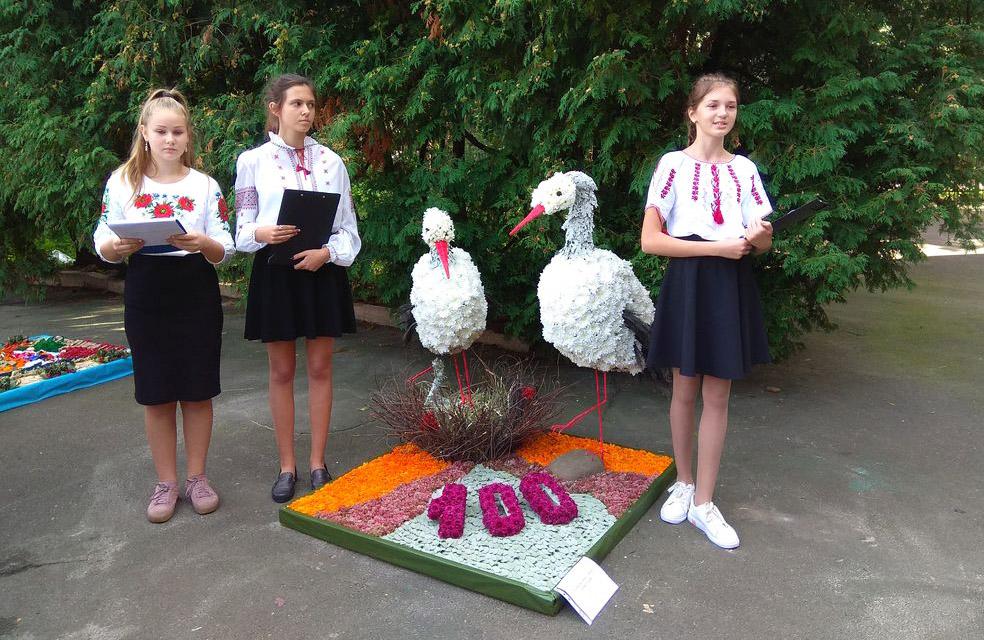 Наші земляки представляли композиціюю «Лелеки як символ любові до рідного краю»