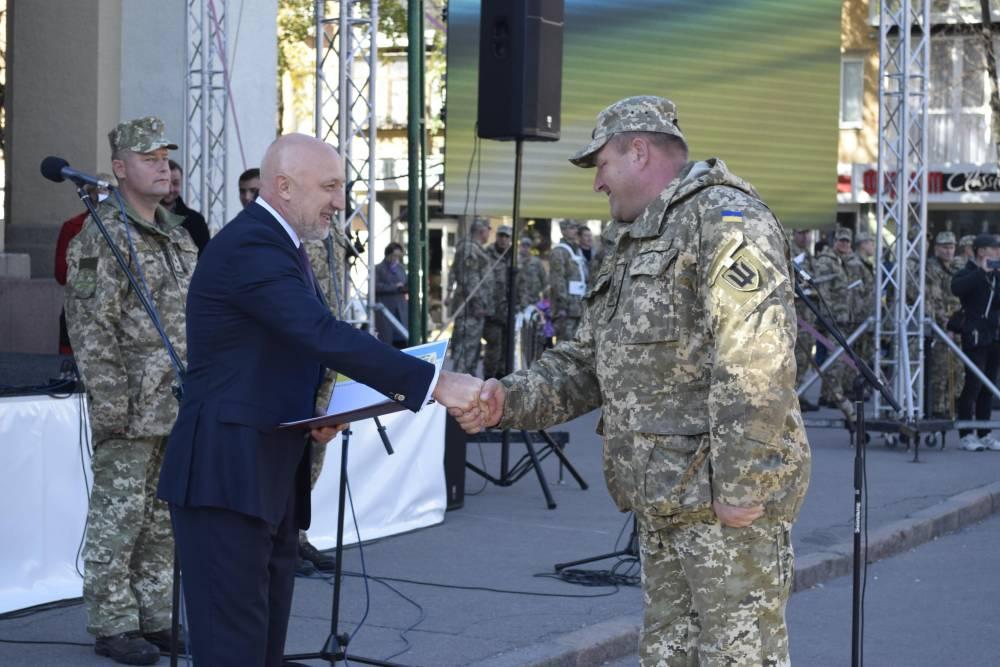 Валерій Головко вручає нагороди