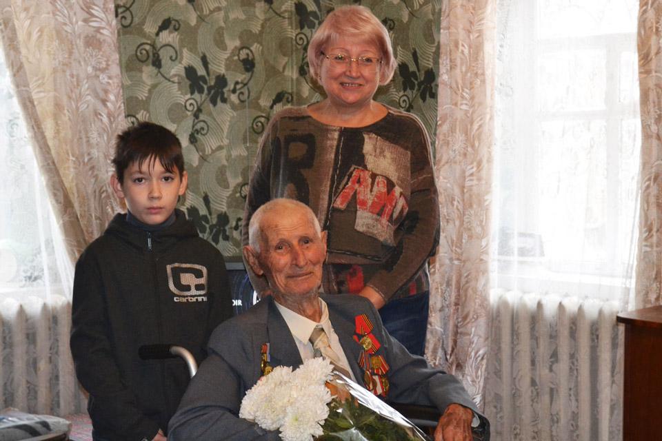 Дмитро Порфирович разом із донькою Ольгою Дмитрівною та правнуком Дмитром