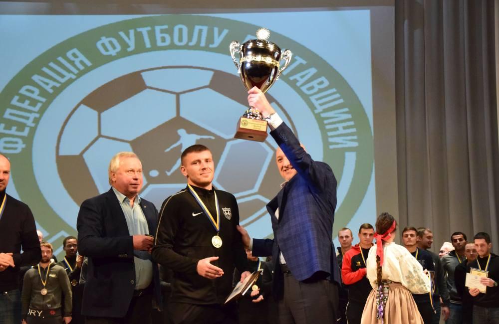 Валерій Головко нагороджує Едуарда Богомаза