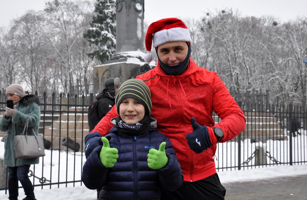 Батько наприкладі показує сину важливість спорту.