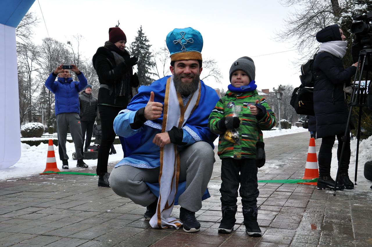 Святий Миколай любить спорт іхороших людей, саме тому сьогодні він був уПолтаві.