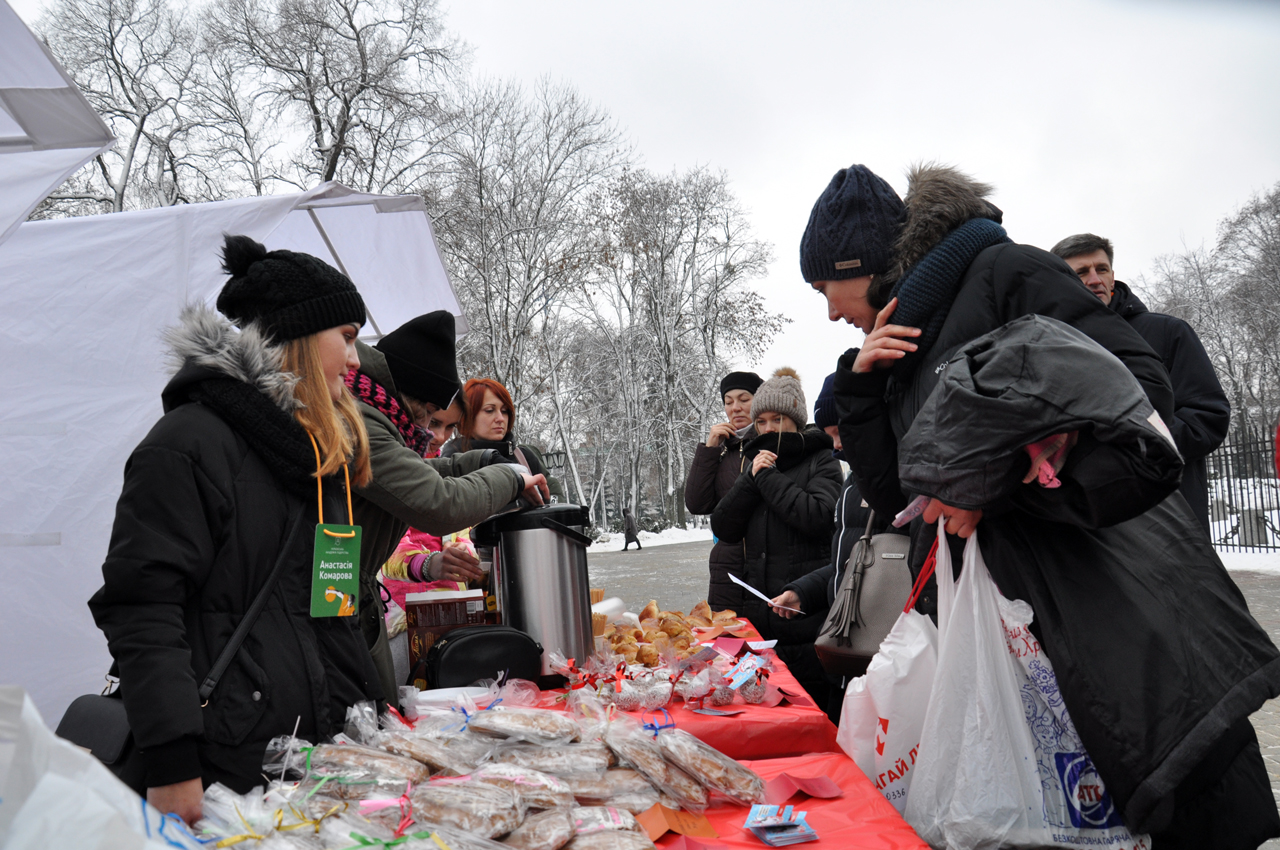 Учасників забігу таглядачів пригощали гарячим чаєм тарізними смаколиками