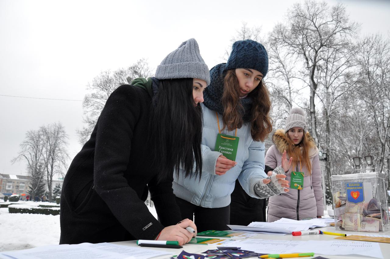 Організувати захід допомогли помічники Святого Миколая волонтери.