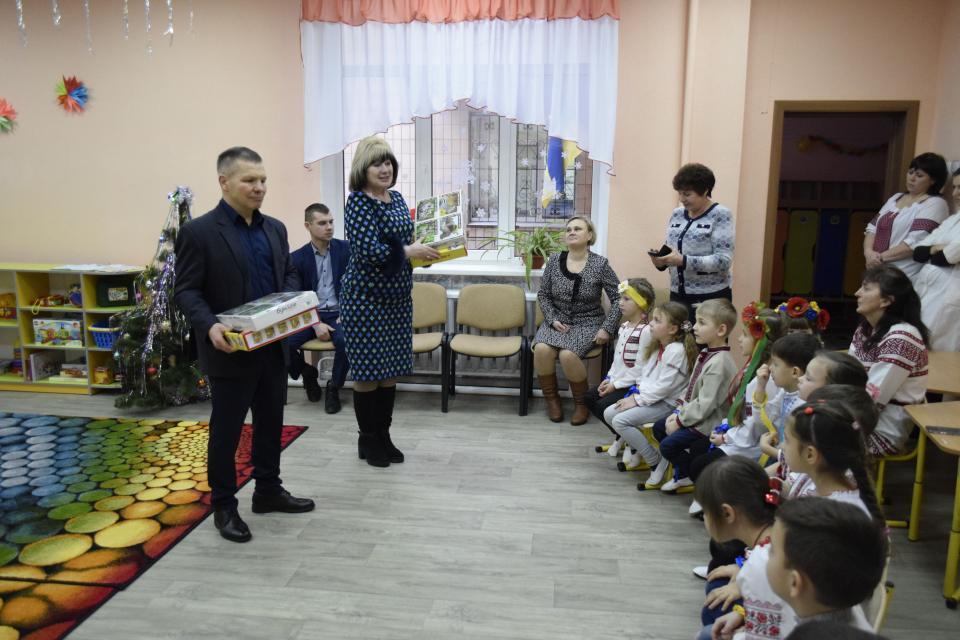 Олексій Губічев та Наталія Веретільник приїхали до малечі з подарунками