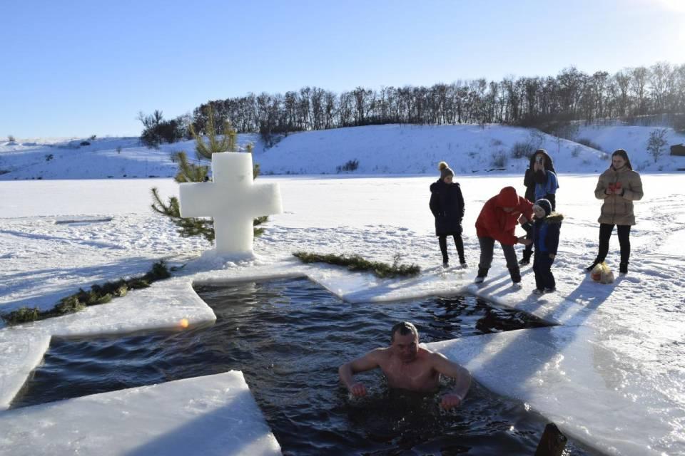 Михайло пятий рік поспіль окунається у хрещенську воду