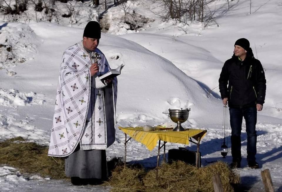 Отець Василь на богослужінні біля ставку в Мачухах