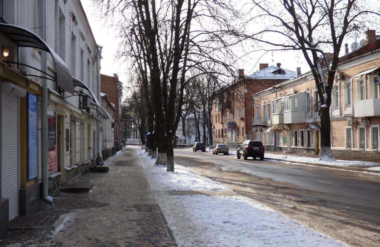 Тротуар під будинком на вул. Стрітенській, 39 | Фото з архіву «Полтавщини»