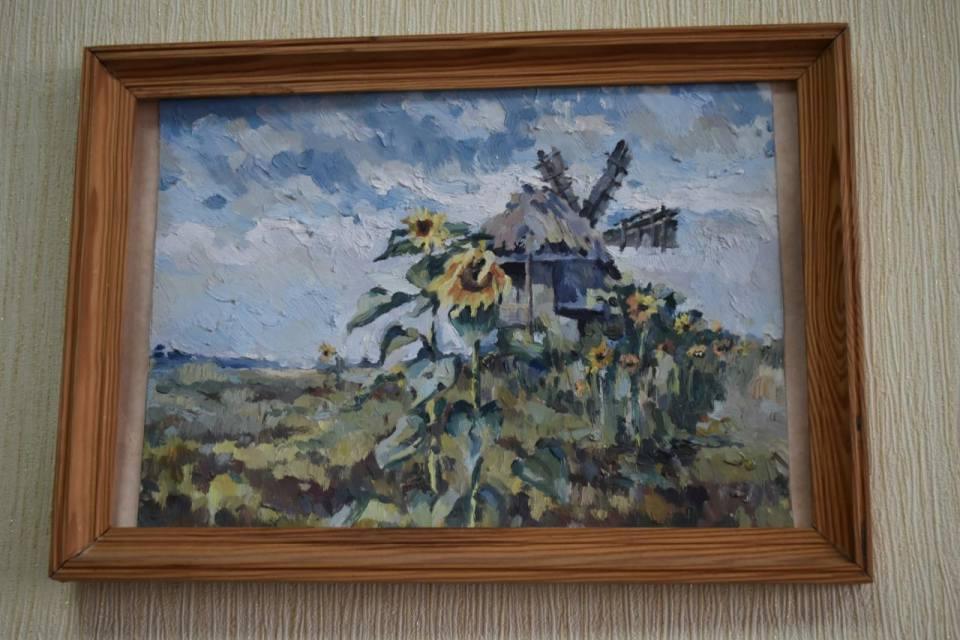Робоче місце Світлани Волощенко прикрашають соняшники, намальовані її донькою