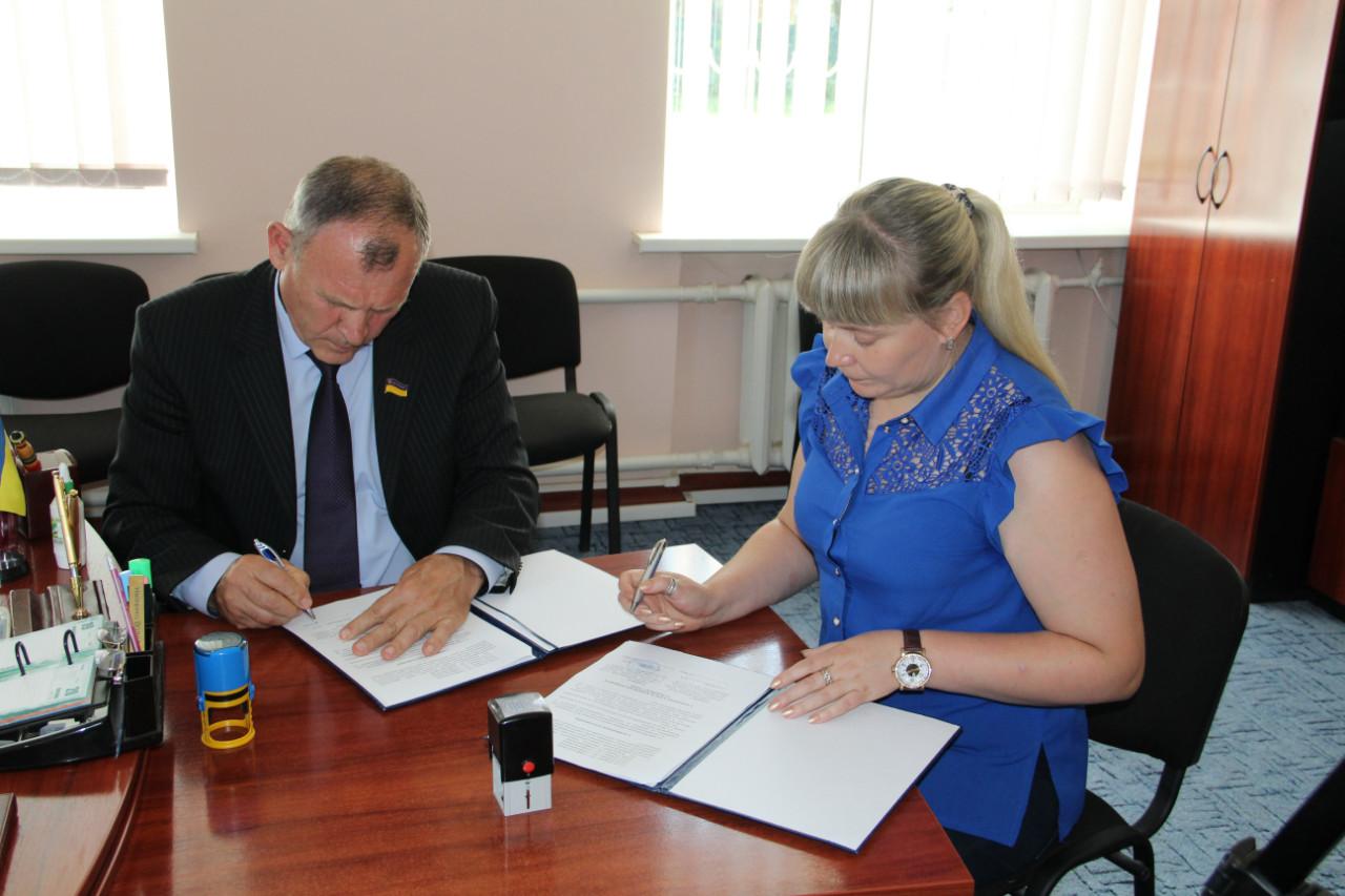 Алла Куліш підписує Договір про співробітництво із головою райради В. Нікітенком