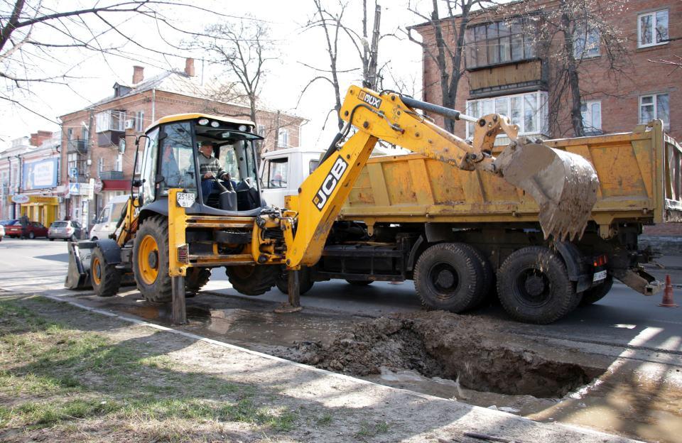 На вулиці Шевченка, 66 працівники Полтававодоканалу ремонтують водогін