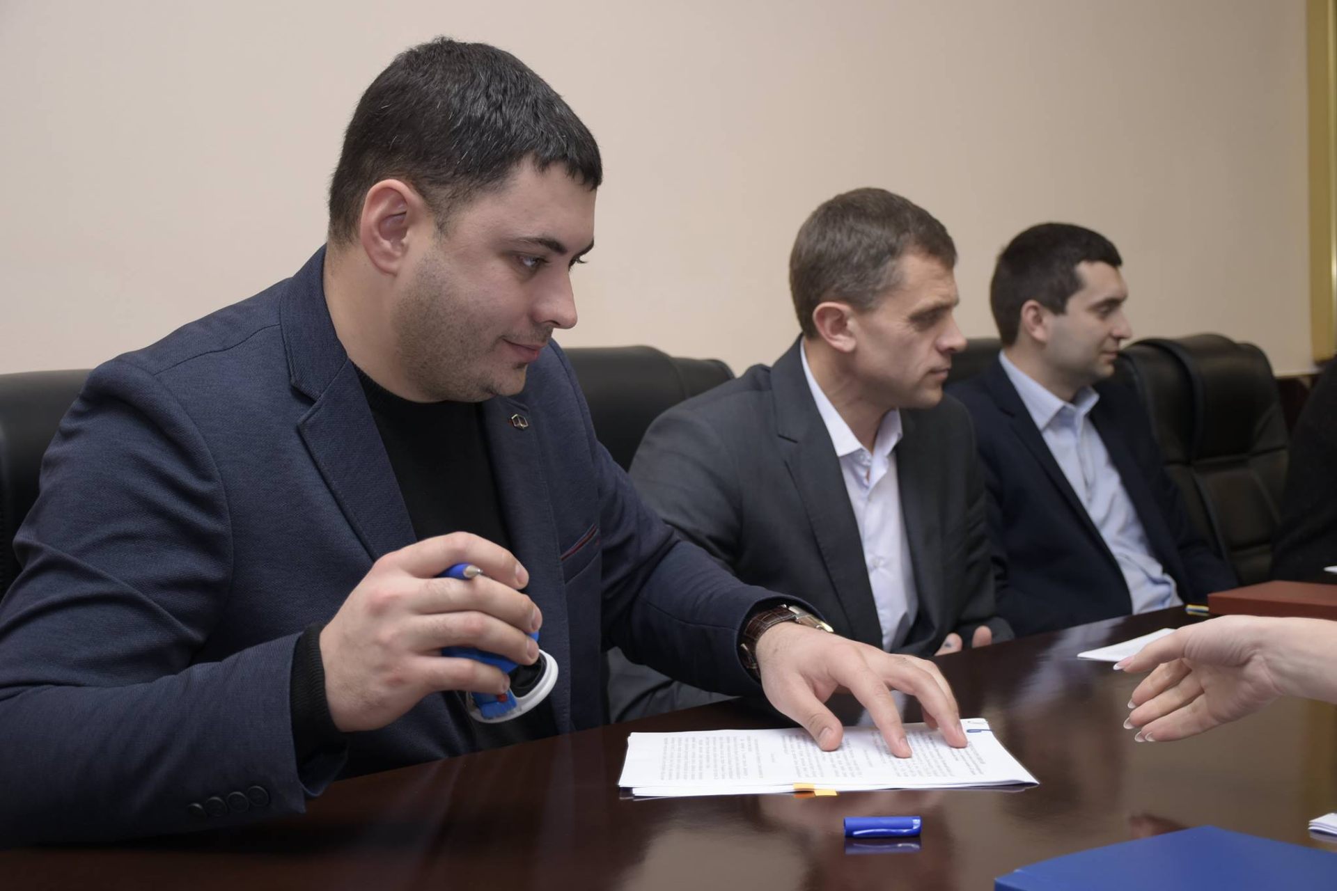 Очільник ГУ Держгеокадастру в Полтавській області Вадим Чувпило передає документи на землю ОТГ