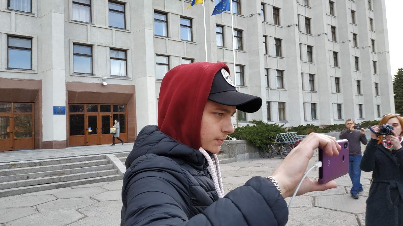 Ігор Книр знімає учасників мітингу на смартфон