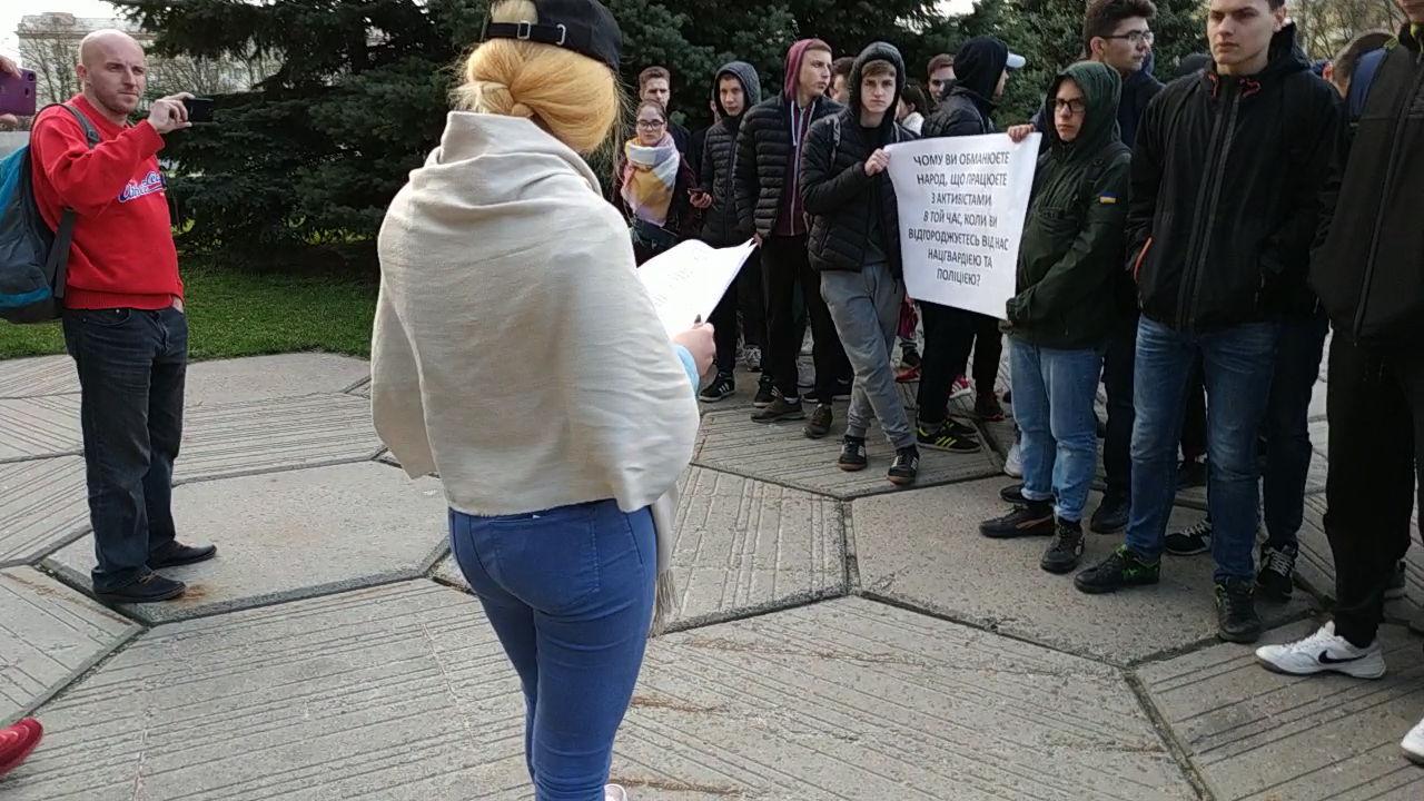 Ірина Дзюбенко зачитує текст вимог учасникам мітингу