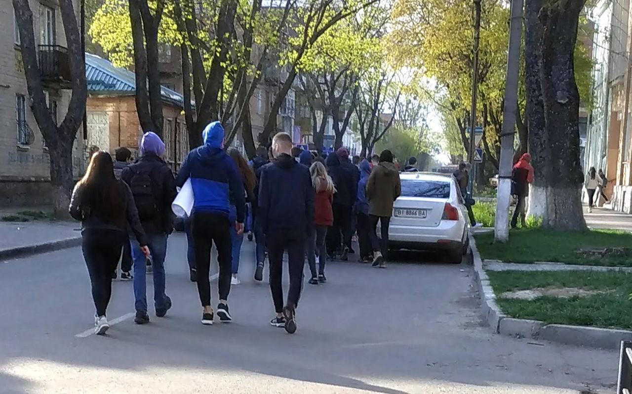 В обумовлений час уся процесія вирушила від Березового скверу до площі перед Полтавською ОДА
