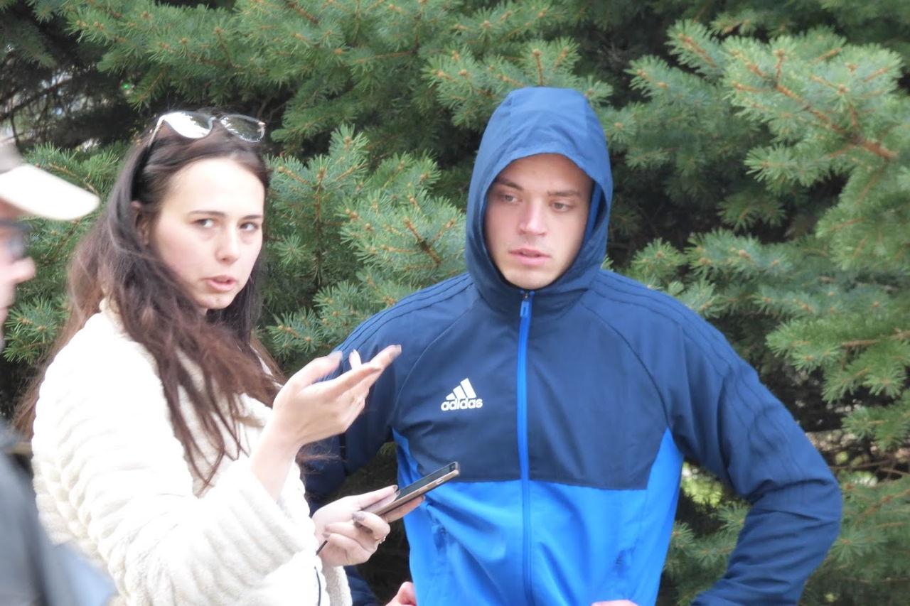 Ярослав Міщенко разом з Юлією Гордон збоку спостерігають за перебігом мітингу