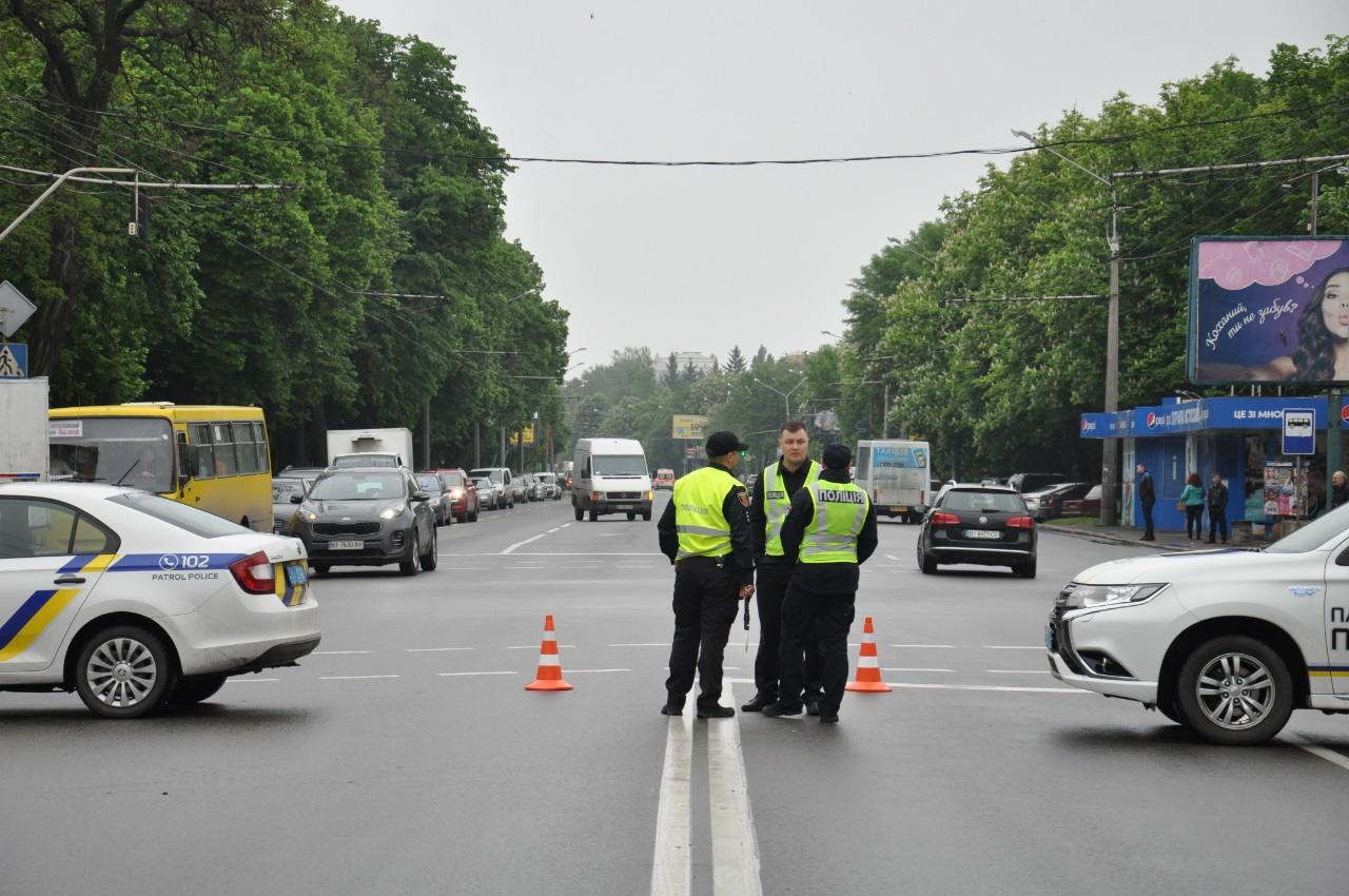 Поліція перекрила дорогу транспорту на вулиці Європейській і охороняє хід колони.