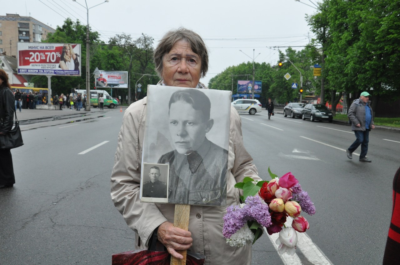 Крім портретів в руках вони тримали квіти.