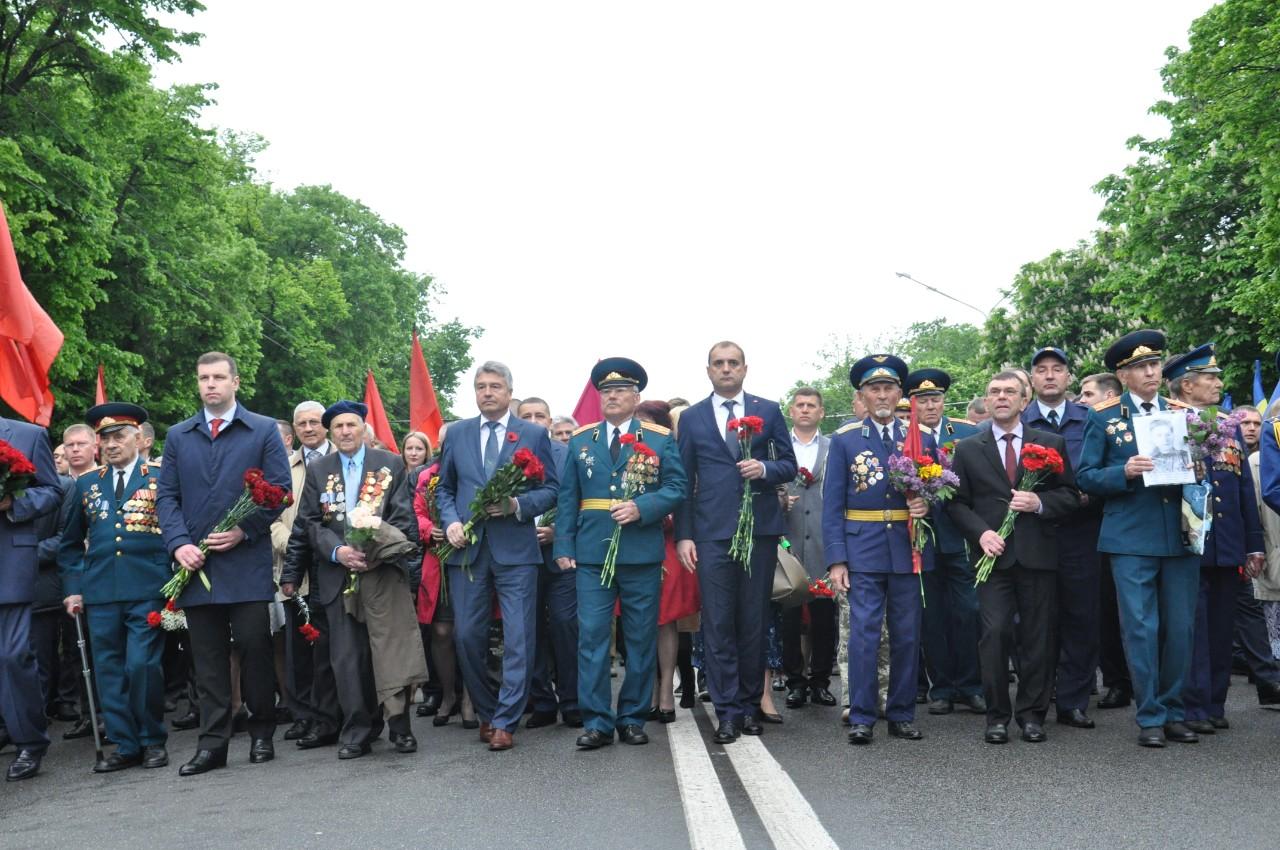 В першому ряду колони йшли представники влади, священики й ветерани війни.