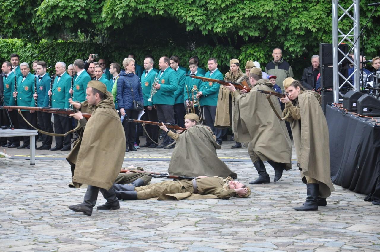 Біля Вічного вогню представники військово-спортивного центру «Воїн» розіграли сцену бойових дій.