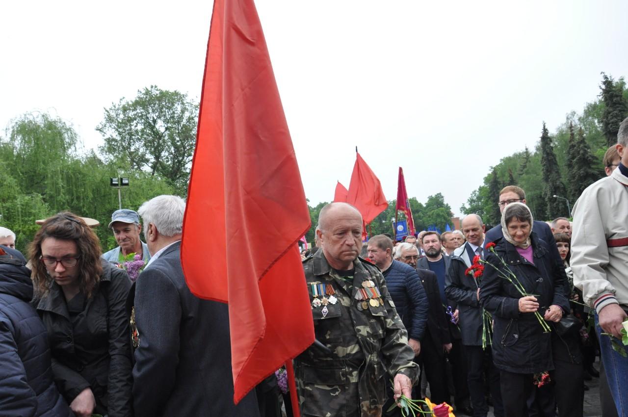 Червоні прапори були без радянської символіки.