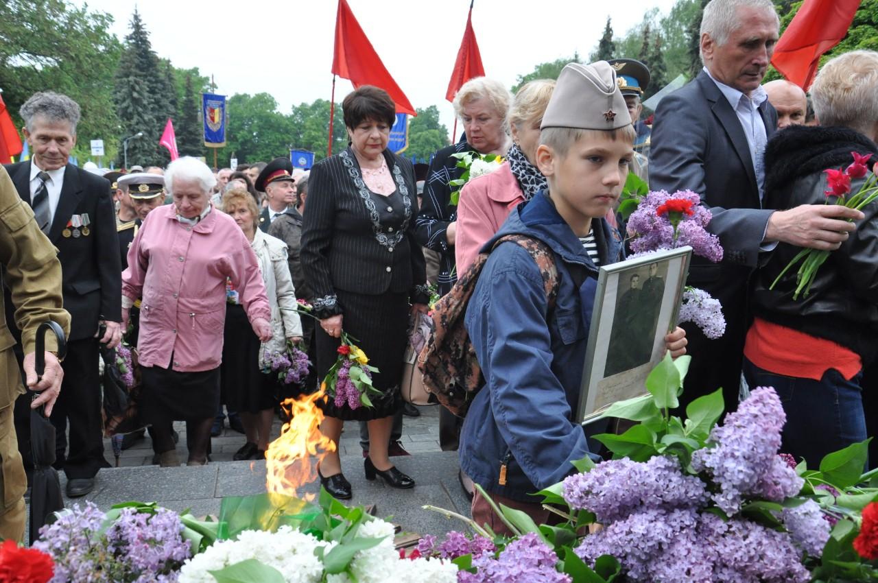 Деякі батьки одягли своїх дітей у своєрідні атрибути форми радянського солдата.
