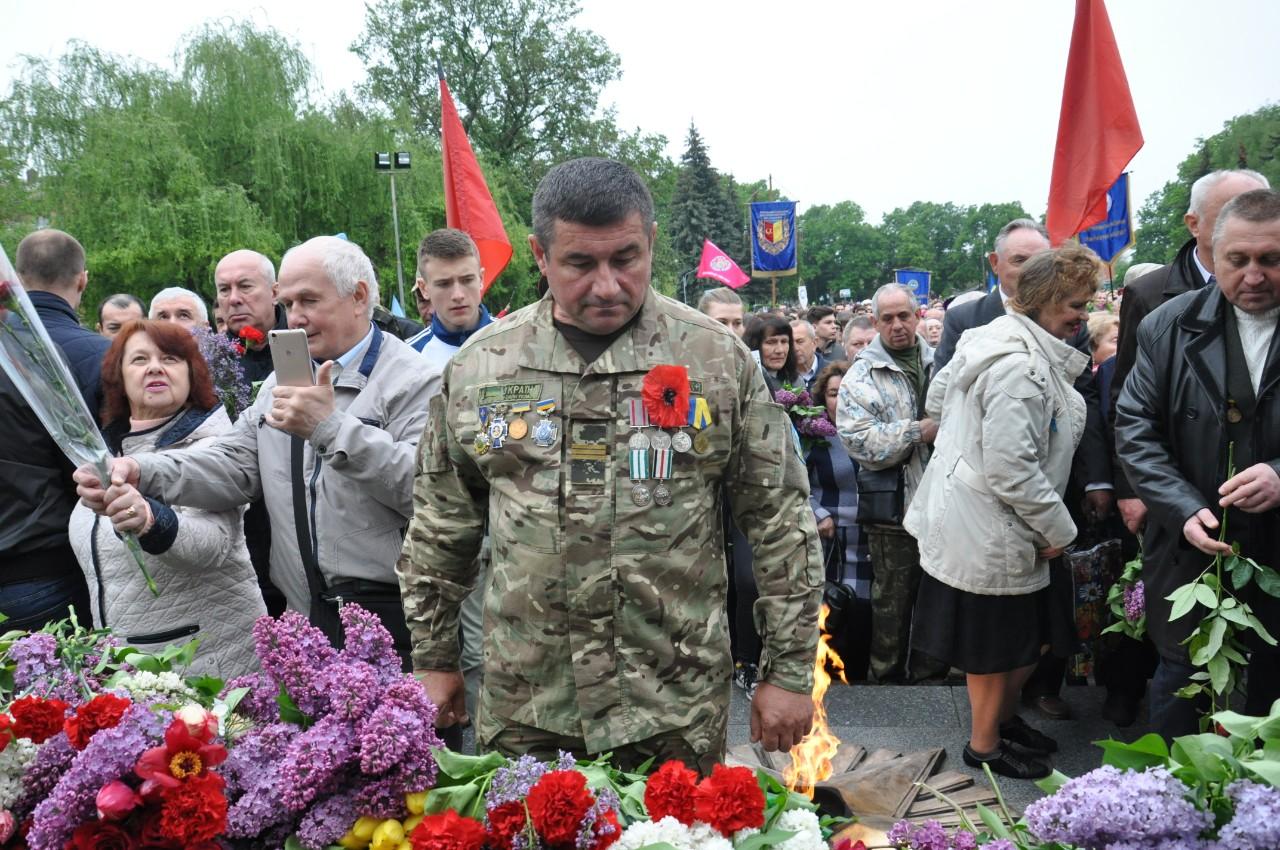 Прийшли покласти квіти до меморіалу полеглих у Другій світовій війні й сьогоднішні воїни — ветерани АТО.